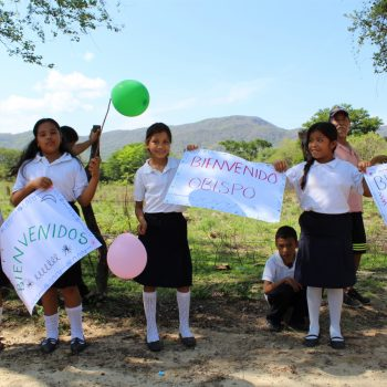 Niños paseños esperando al arzobispo de Oaxaca